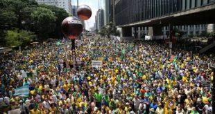 Protesto pede o impeachment da presidente do Brasil, Dilma Rousseff, na Avenida Paulista em São Paulo, SP, neste domingo (13).