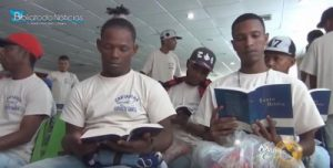 guange-na-colombia-troca-armas-por-biblias-1-e1473374427939