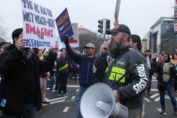 Evangelistas de rua são agredidos por manifestantes na Marcha de Mulheres em Washington